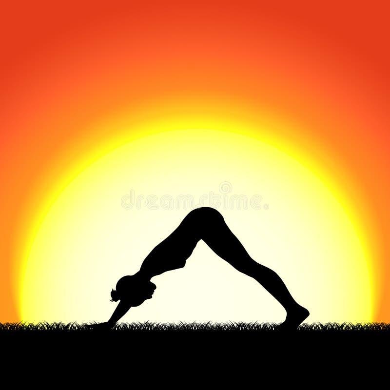 Silueta del negro de la actitud del mukhaasana de la yoga en fondo de la puesta del sol Carácter de la mujer que medita en natura stock de ilustración
