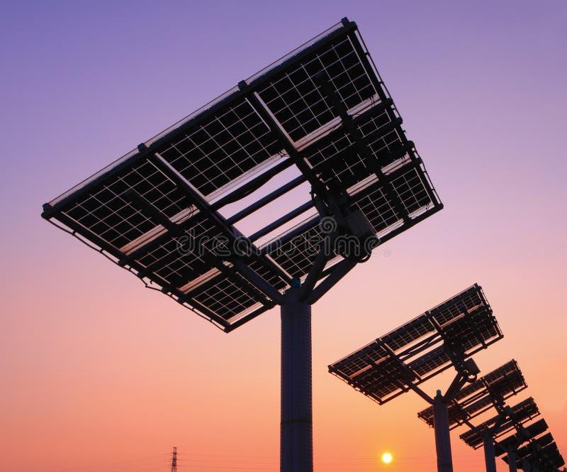 Silueta del panel solar fotos de archivo