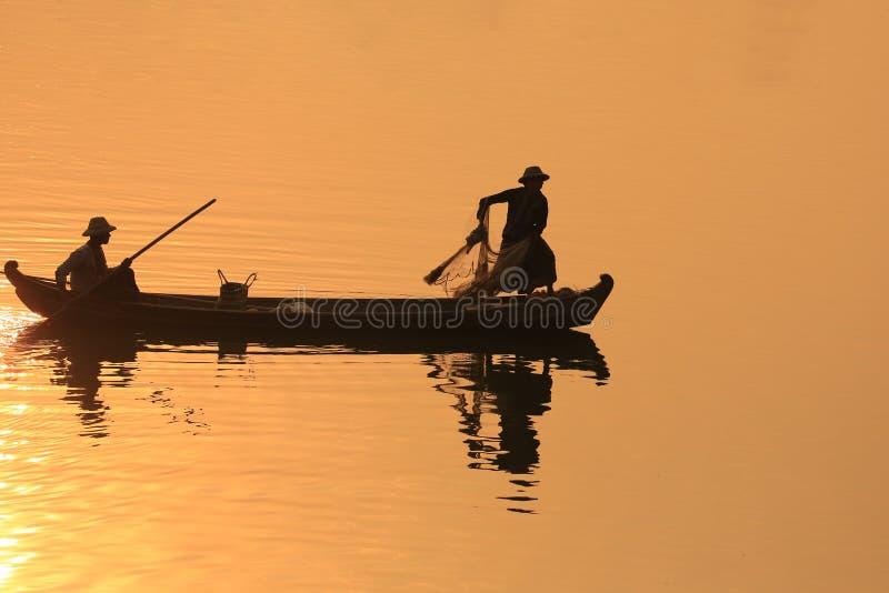 Silueta del pescador, U Bein Birdge foto de archivo libre de regalías
