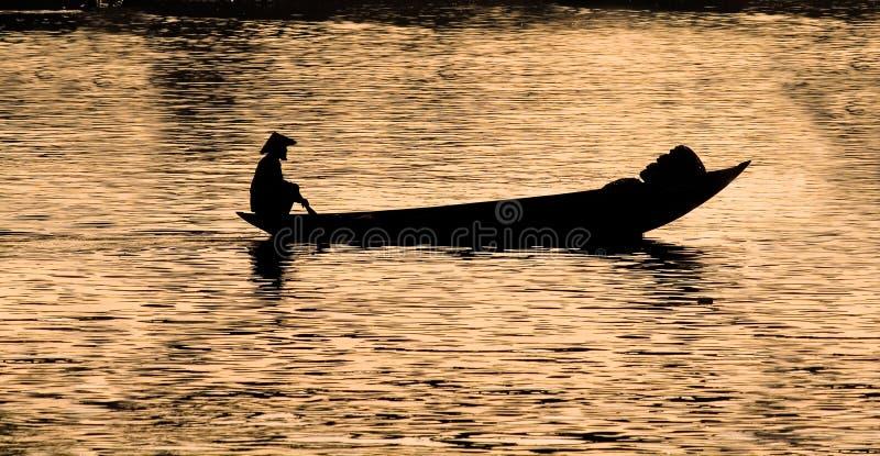 Silueta del pescador vietnamita fotografía de archivo
