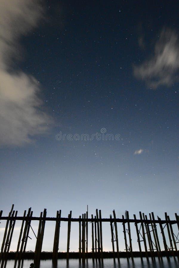 Silueta del puente de U Bein y cielo azul Amarapura Región de Mandalay myanmar foto de archivo