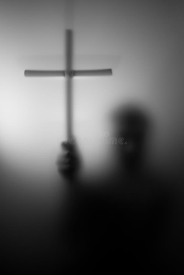 Silueta del santo con la cruz foto de archivo
