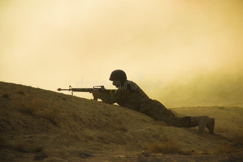 Silueta del soldado imagenes de archivo