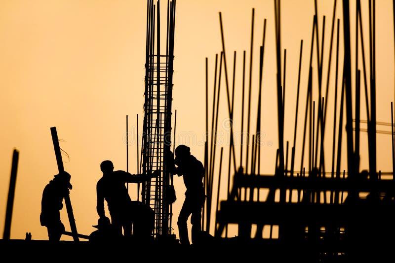 Silueta del trabajador de construcción fotos de archivo