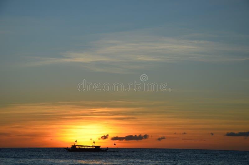 Silueta del transbordador contra puesta del sol imágenes de archivo libres de regalías