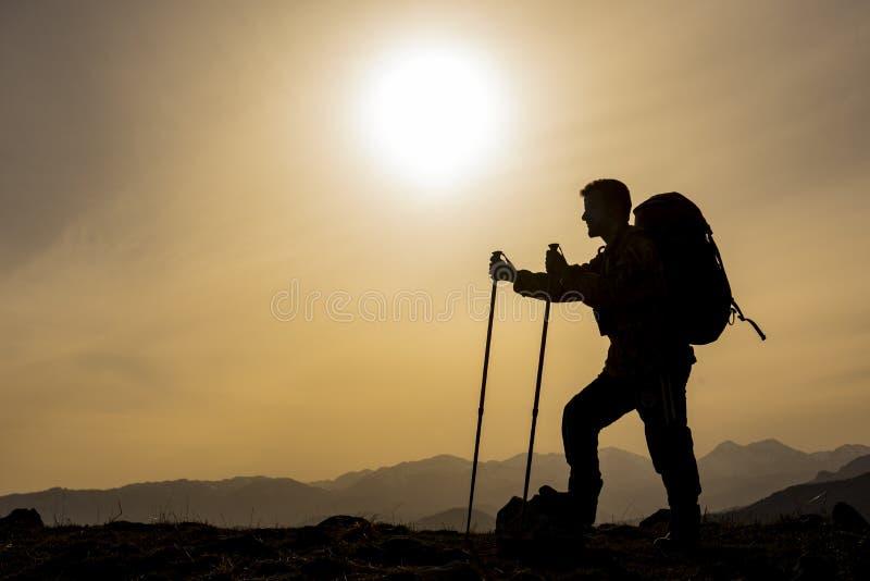 Silueta del trekker en montañas foto de archivo libre de regalías