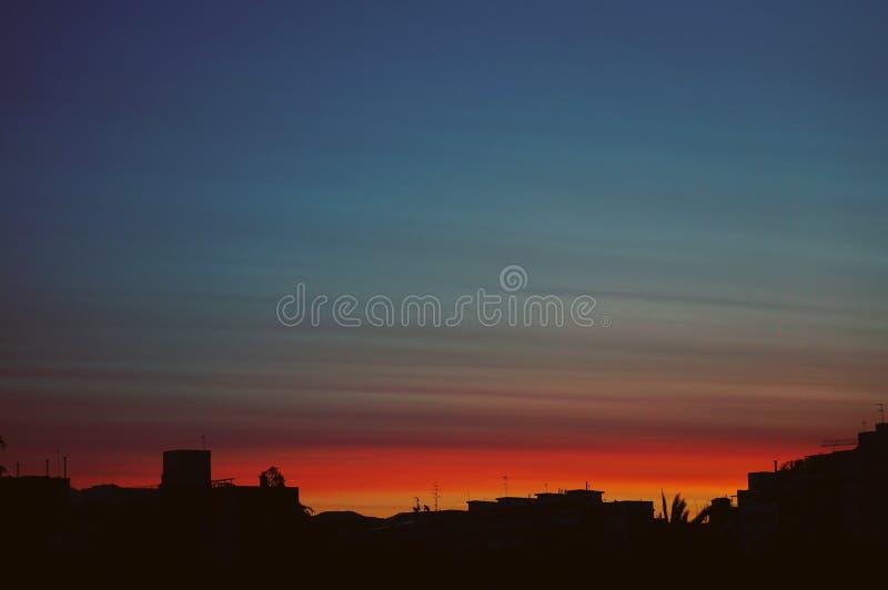 Silueta del urbanscape de la salida del sol fotografía de archivo