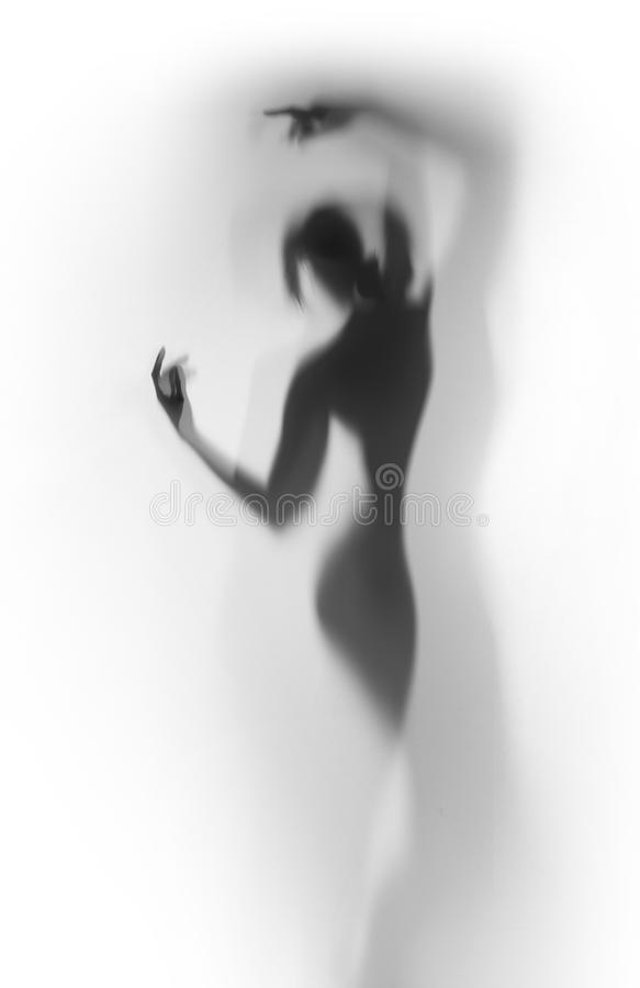 Silueta difusa de una mujer hermosa del bailarín detrás de una cortina foto de archivo libre de regalías