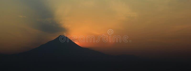 Silueta el monte Merapi Formato panorámico para la bandera foto de archivo