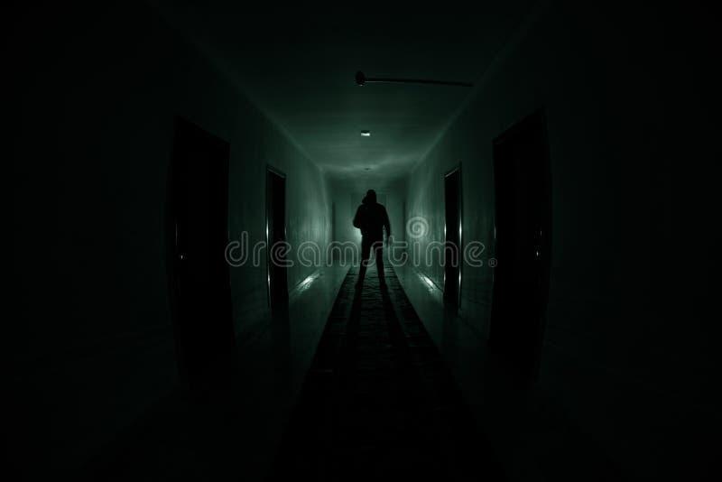 Silueta espeluznante en el edificio abandonado oscuridad Pasillo oscuro con las puertas de gabinete y luces con la silueta del ho ilustración del vector