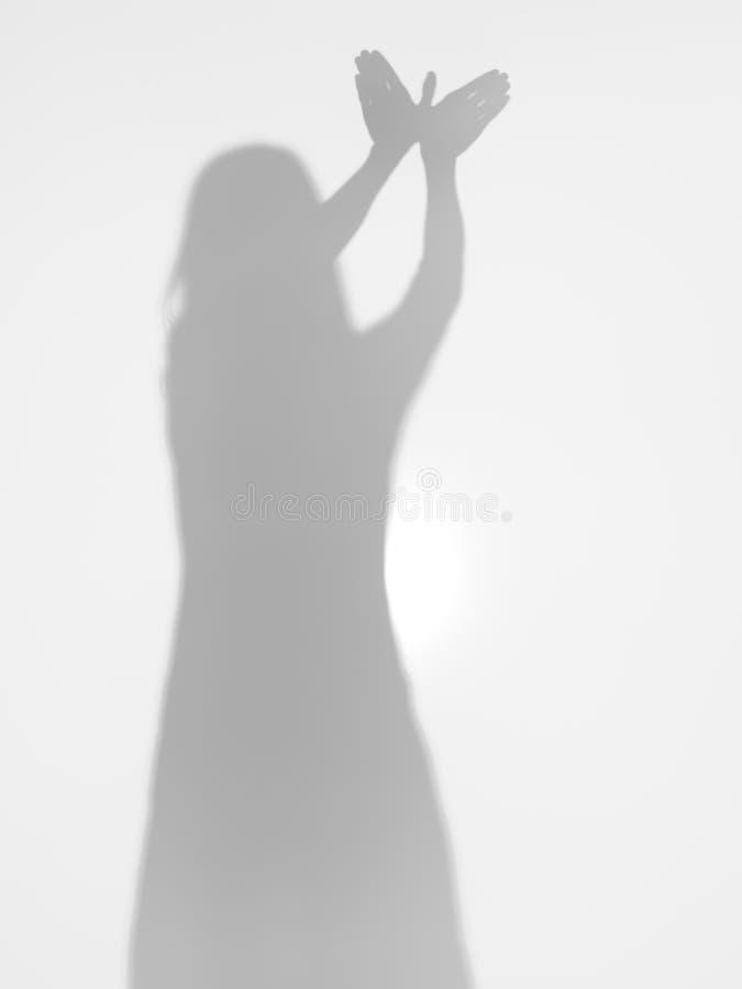 Silueta femenina con las manos que crean una dimensión de una variable del pájaro foto de archivo libre de regalías