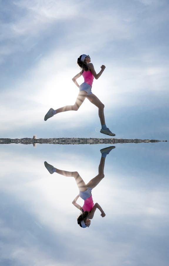 Silueta femenina del corredor fotografía de archivo libre de regalías