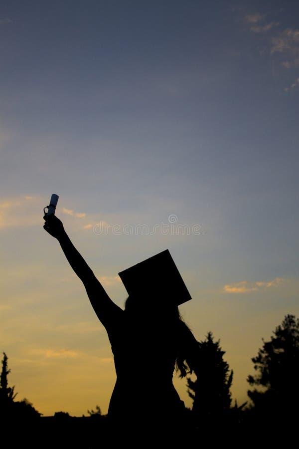 Silueta graduada de la muchacha, estudiante de la graduación, graduado de la muchacha, fotos de archivo libres de regalías