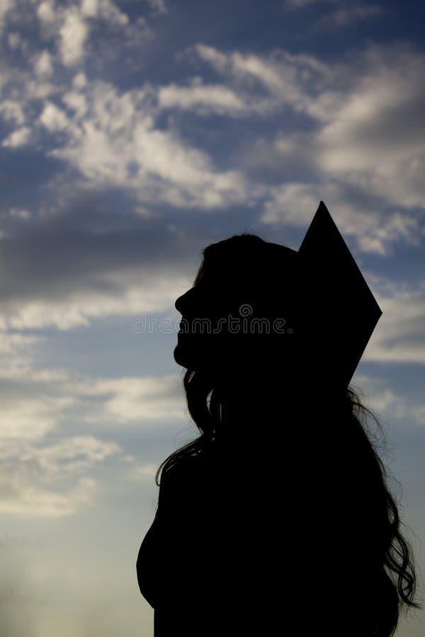 Silueta graduada de la muchacha, estudiante de la graduación, graduado de la muchacha, fotos de archivo