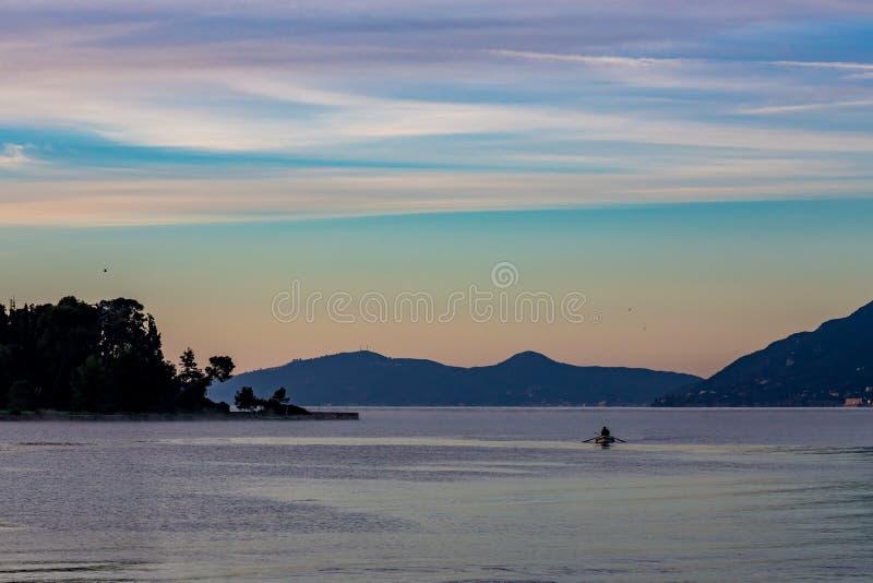 Silueta griega del pescador del paisaje en la salida del sol imágenes de archivo libres de regalías