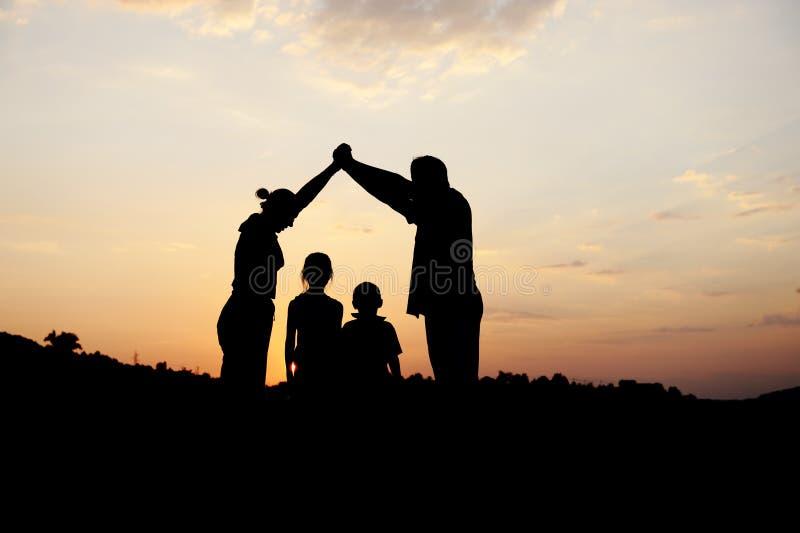 Silueta, grupo de familia feliz imágenes de archivo libres de regalías