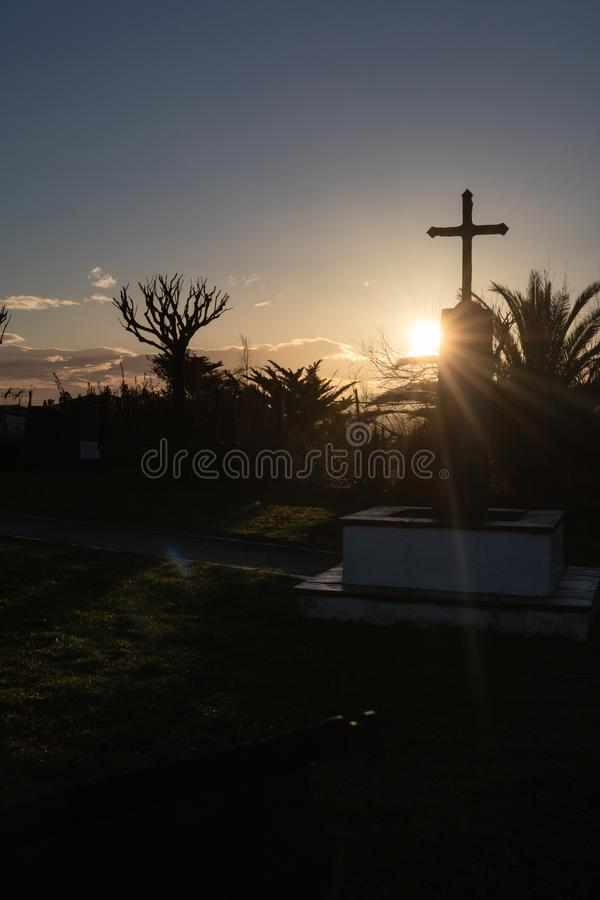 Silueta hermosa de la capilla y de la cruz en salida del sol en la costa de Atlántico en el bidart, país basque fotos de archivo
