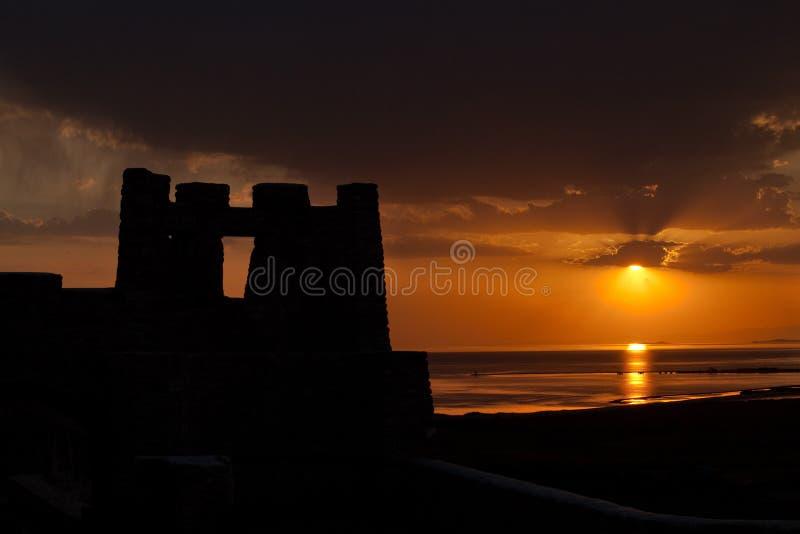 Silueta medieval del castillo en la puesta del sol foto de archivo