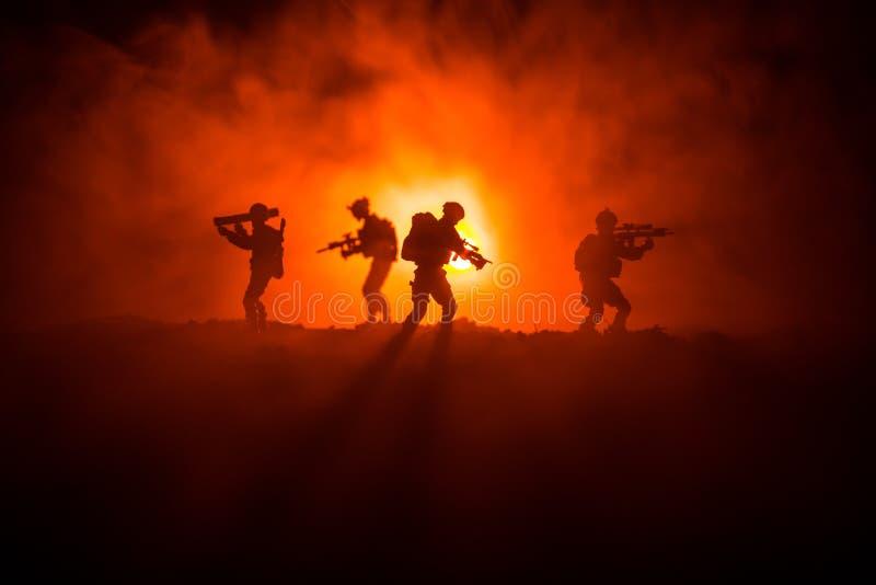 Silueta militar del soldado con el arma Concepto de la guerra Siluetas militares que luchan escena en el fondo del cielo de la ni imagen de archivo libre de regalías