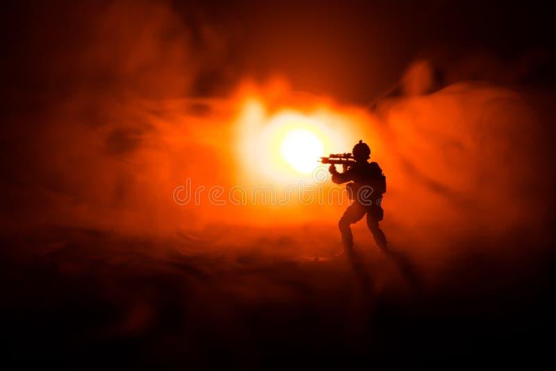 Silueta militar del soldado con el arma Concepto de la guerra Siluetas militares que luchan escena en el fondo del cielo de la ni imagen de archivo