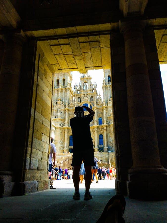 Silueta oscura de un fotógrafo que toma una imagen de la catedral de Santiago de Compostela Camino de Santiago fotografía de archivo libre de regalías