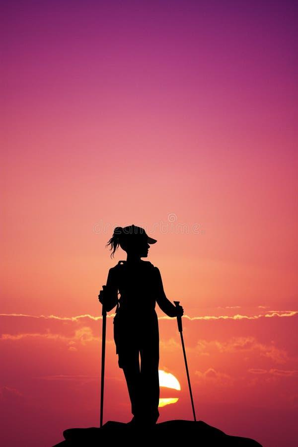 Silueta que camina nórdica en la puesta del sol libre illustration