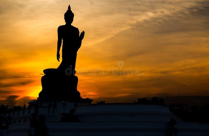 Silueta que coloca a Buda grande en Phutthamonthon fotografía de archivo libre de regalías
