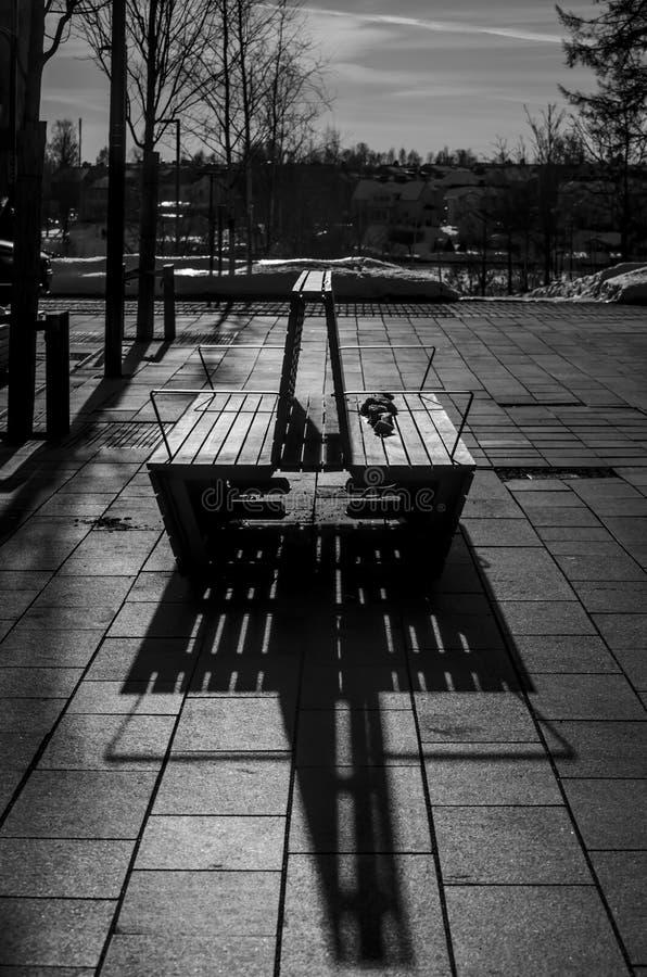 Silueta simétrica del banco dos debajo del rayo solar imagen de archivo libre de regalías