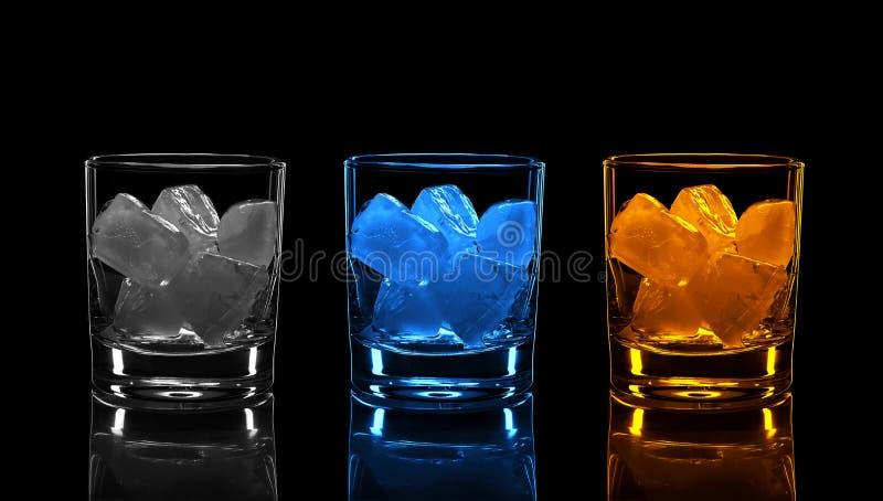 Silueta, vidrio, alcohol fuerte, hielo, fondo negro, moda alcohólica, vieja, whisky, reflexión, partido imagen de archivo libre de regalías