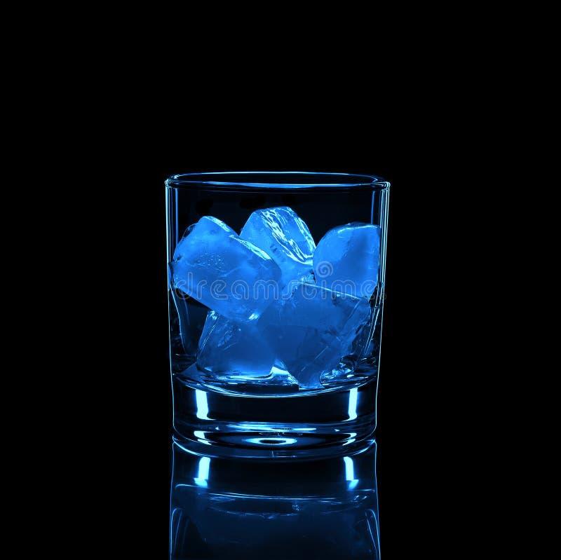 Silueta, vidrio, alcohol fuerte, hielo, fondo negro, moda alcoh?lica, vieja, whisky, reflexi?n, partido fotografía de archivo libre de regalías