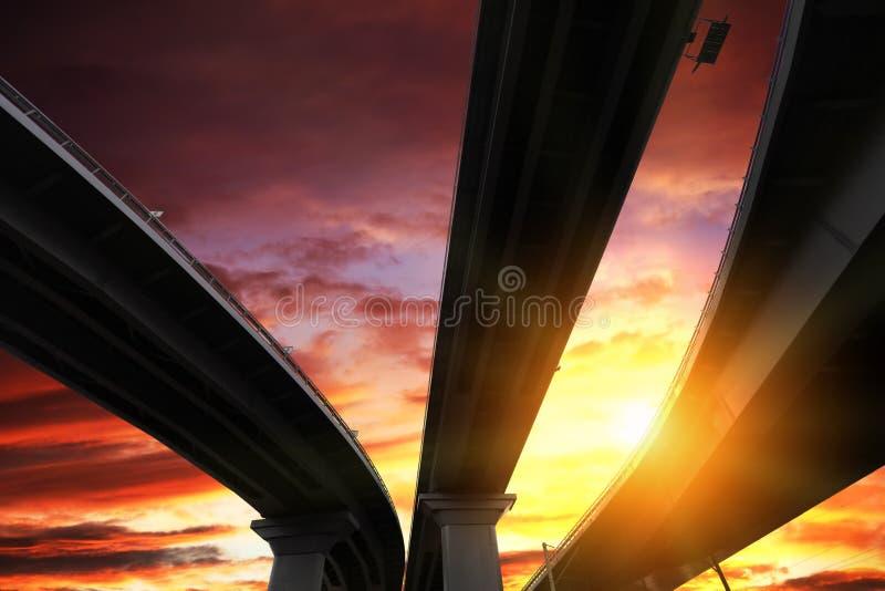 Silueta y cielo del paso superior fotografía de archivo