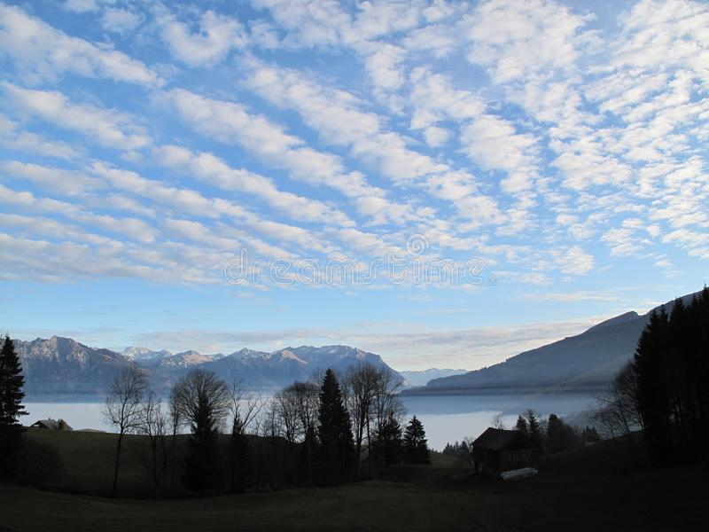 Silueta y mar de la niebla imagen de archivo