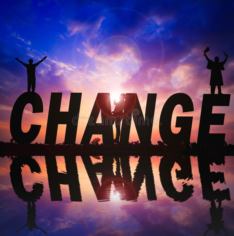 Silueta y reflexión de la palabra del cambio en fondo de la puesta del sol del agua fotografía de archivo