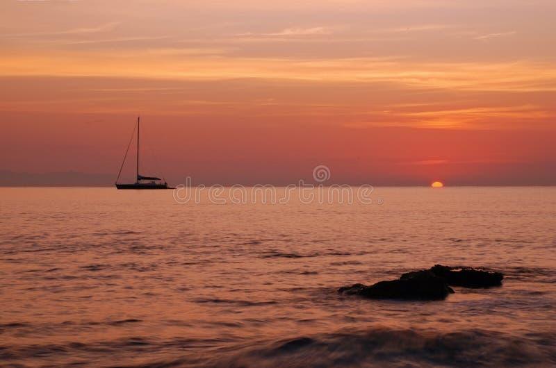 Silueta y salida del sol del barco foto de archivo libre de regalías