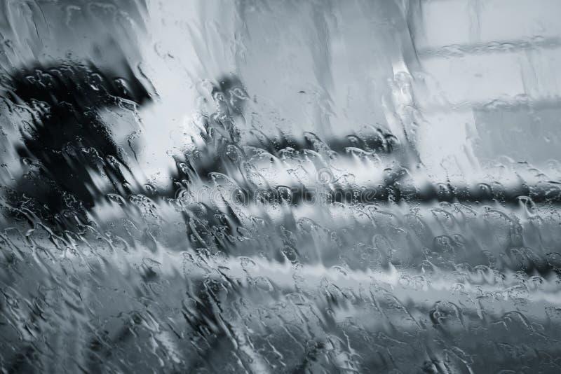 Siluetas borrosas de dos personas debajo de la lluvia imágenes de archivo libres de regalías