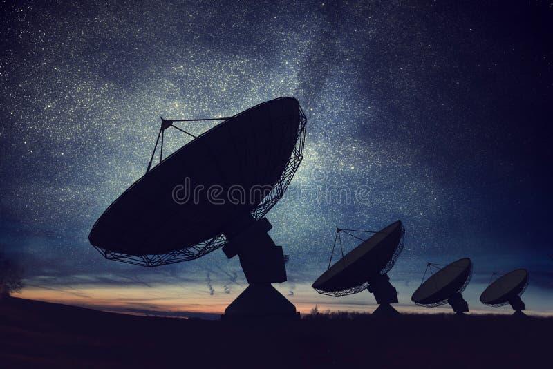 Siluetas de antenas parabólicas o de antenas de radio contra el cielo nocturno Observatorio del espacio ilustración del vector