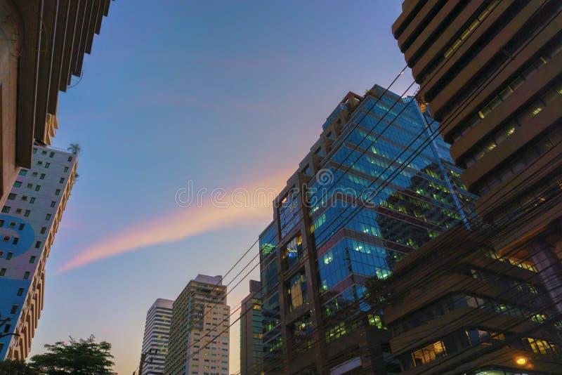 Siluetas de cristal modernas constructivas de rascacielos imágenes de archivo libres de regalías