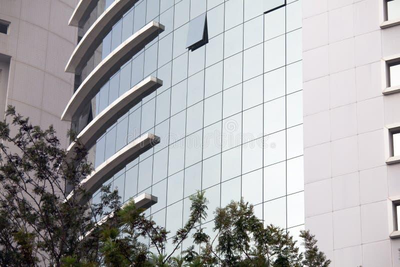 Siluetas de cristal modernas en el edificio moderno imágenes de archivo libres de regalías