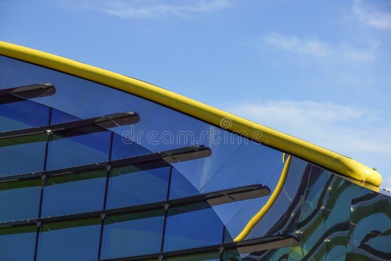 Siluetas de cristal modernas en el edificio moderno imagen de archivo libre de regalías