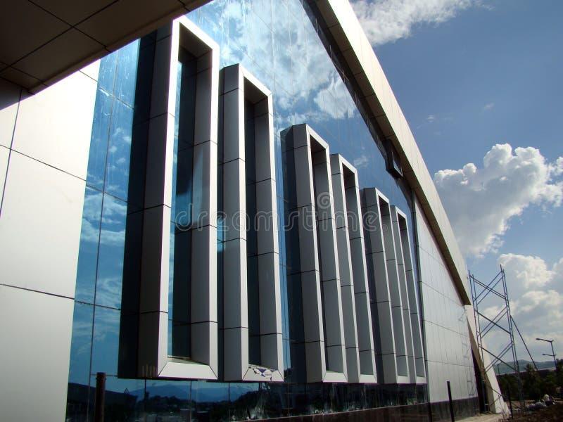 Siluetas de cristal modernas en el edificio moderno fotografía de archivo libre de regalías