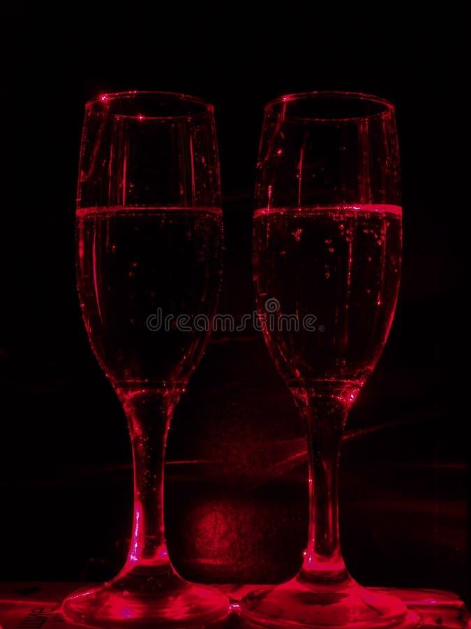 Siluetas de dos vidrios de cristal transparentes del champán imagenes de archivo
