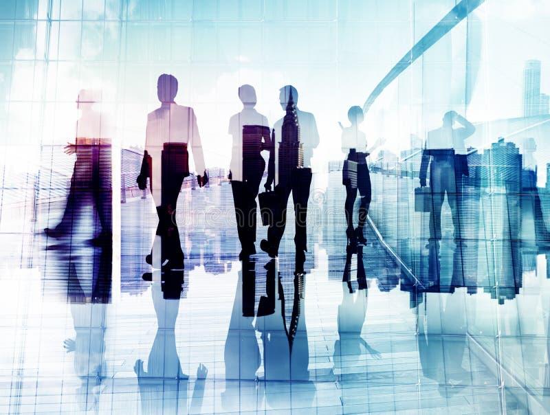 Siluetas de hombres de negocios en caminar borroso del movimiento imagen de archivo