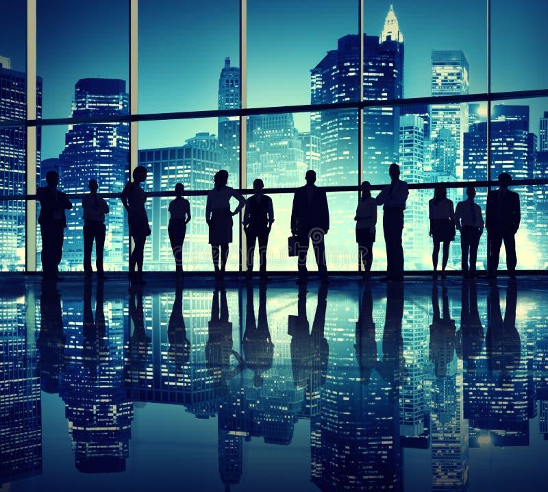 Siluetas de hombres de negocios en el edificio de oficinas stock de ilustración