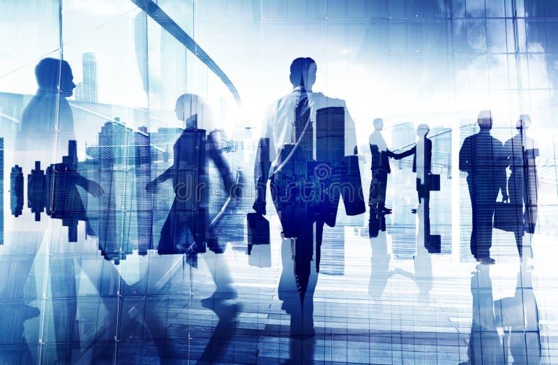 Siluetas de hombres de negocios en un edificio de oficinas imagen de archivo