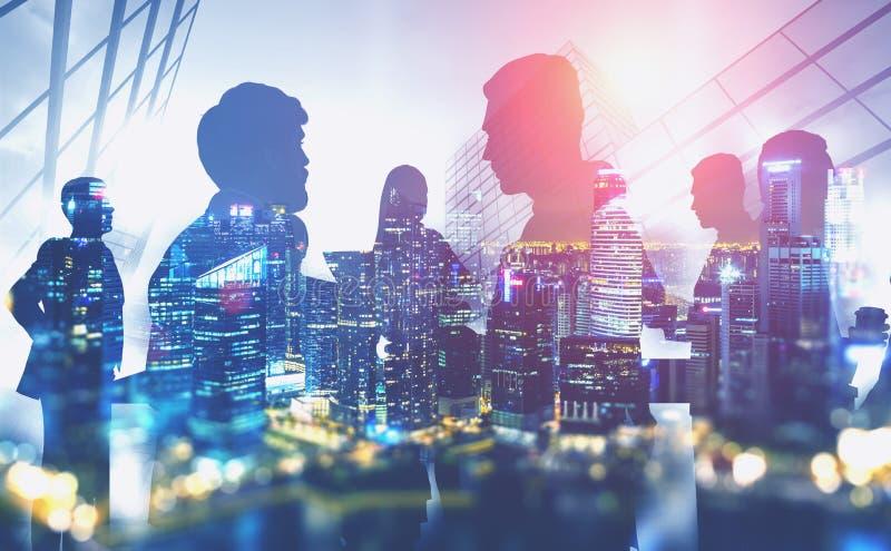 Siluetas de hombres de negocios en ciudad de la noche stock de ilustración