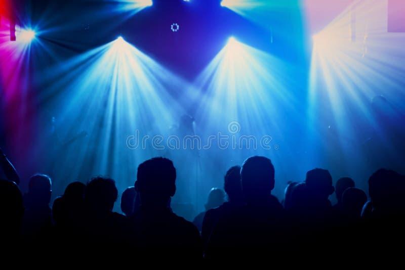 Siluetas de la banda de rock en etapa en el concierto fotos de archivo libres de regalías