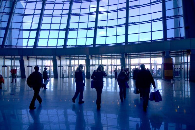 Siluetas de la gente en el aeropuerto imagenes de archivo