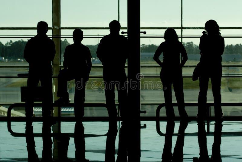 Siluetas de la gente en el aeropuerto imágenes de archivo libres de regalías