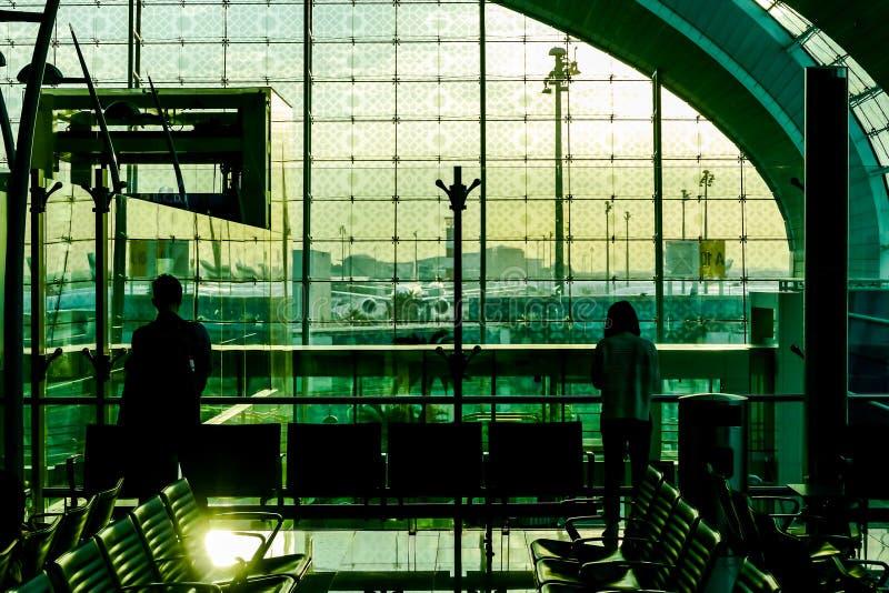 siluetas de la gente en el aeropuerto, imagen digital de la foto como fondo fotografía de archivo libre de regalías