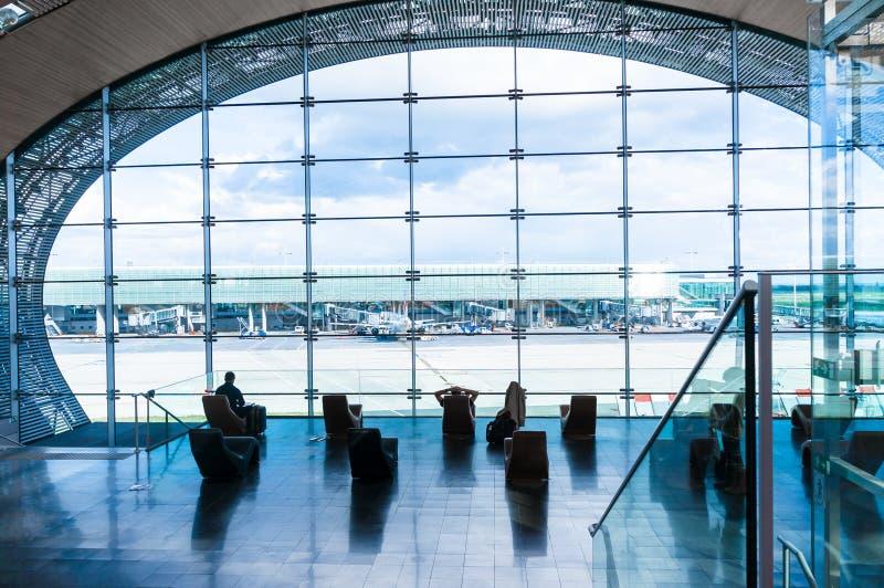 Siluetas de la gente que espera su vuelo en el aeropuerto fotografía de archivo